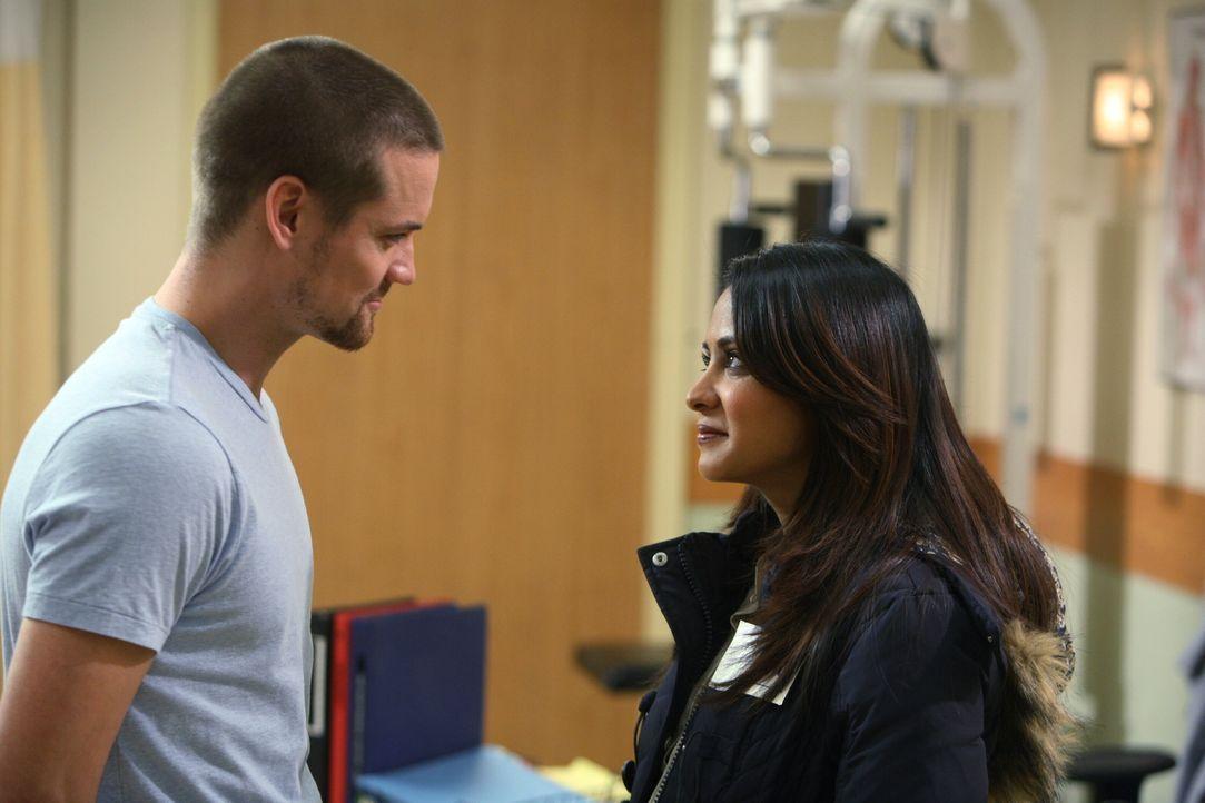 Endlich wieder vereint: Ray (Shane West, l.) und Neela (Parminder Nagra, r.) ... - Bildquelle: Warner Bros. Television