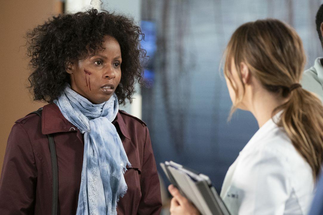 Abby (Khalilah Joi, l.); Dr. Joe Karev (Camilla Luddington, r.) - Bildquelle: Eric McCandless ABC Studios / Eric McCandless