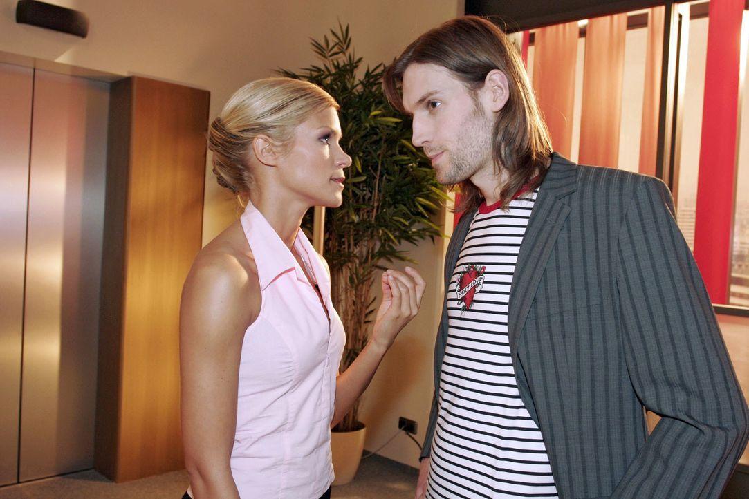 Ralf Morton (Inigo Leigh, r.) setzt Sabrina (Nina-Friederike Gnädig, l.) unter Druck - und erhält von ihr die Quittung ... - Bildquelle: Noreen Flynn SAT.1 / Noreen Flynn