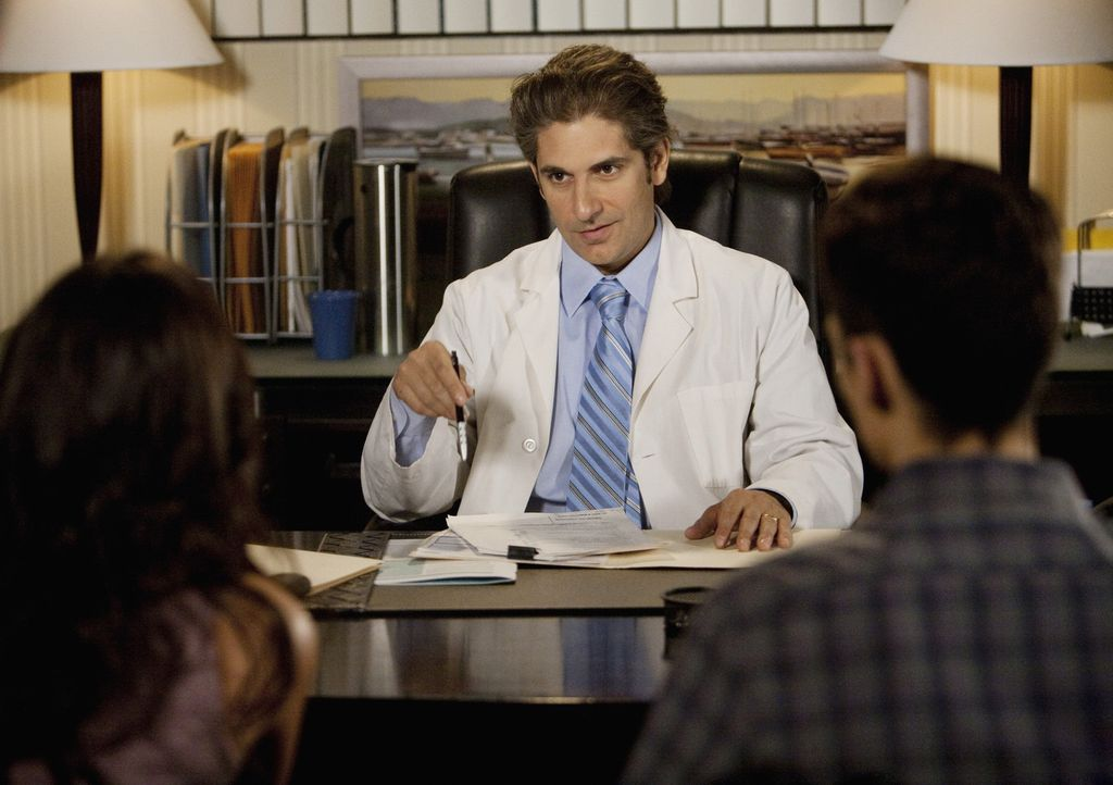 Ben (Ken Baumann, r.) begleitet Adrian (Francia Raisa, l.) in Dr. Ottavis (Michael Imperioli, r.) Praxis. Als Adrian mit dem Arzt zu flirten beginnt... - Bildquelle: Randy Holmes 2010 Disney Enterprises, Inc. All rights reserved.