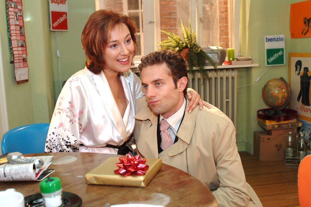 Max (Alexander Sternberg, r.) verzichtet Yvonne (Bärbel Schleker, l.) zuliebe auf die Adventsfeier. - Bildquelle: Monika Schürle SAT.1 / Monika Schürle
