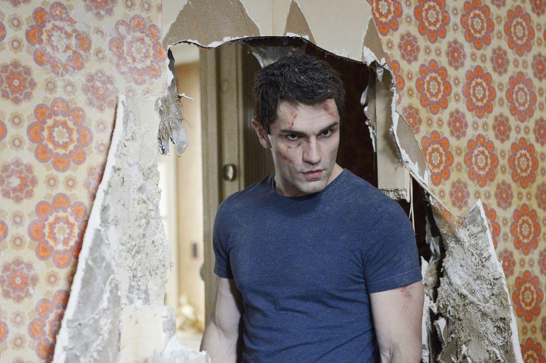 Als Aidan (Sam Witwer) die Wand zu einem geheimen Zimmer durchbricht, hat das ungeahnte Folgen ... - Bildquelle: Philippe Bosse 2014 B.H. 4 Productions (Muse) Inc. ALL RIGHTS RESERVED.