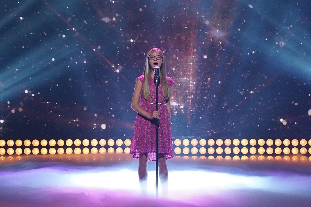 Die Kroatin Mia verzaubert mit ihrem Gesang und ihrer besonderen Art ... - Bildquelle: Warner Bros.
