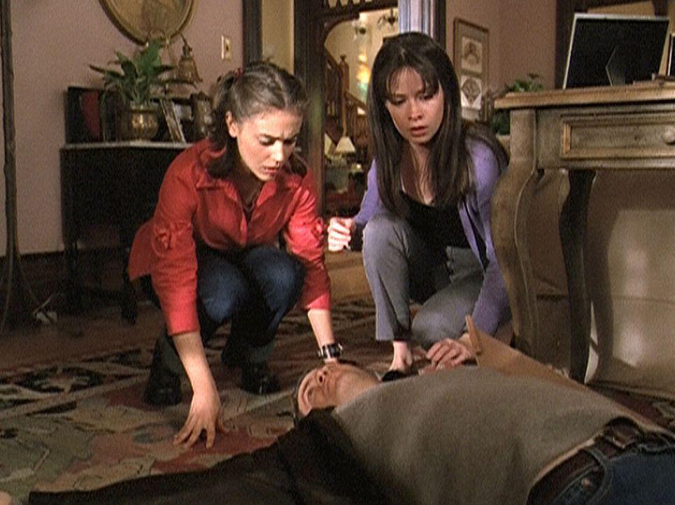 Andy (T.W. King, vorne) liegt tot am Boden. Wird es Phoebe (Alyssa Milano, l.) und Piper (Holly Marie Combs, r.) gelingen, den Tag noch einmal begin... - Bildquelle: Paramount Pictures