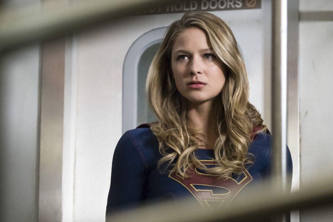 Kara alias Supergirl (Melissa Benoist) und Alex versuchen mit ganz unterschiedlichen Methoden, aus dem zweiten Weltenkiller Informationen herauszube... - Bildquelle: 2017 Warner Bros.