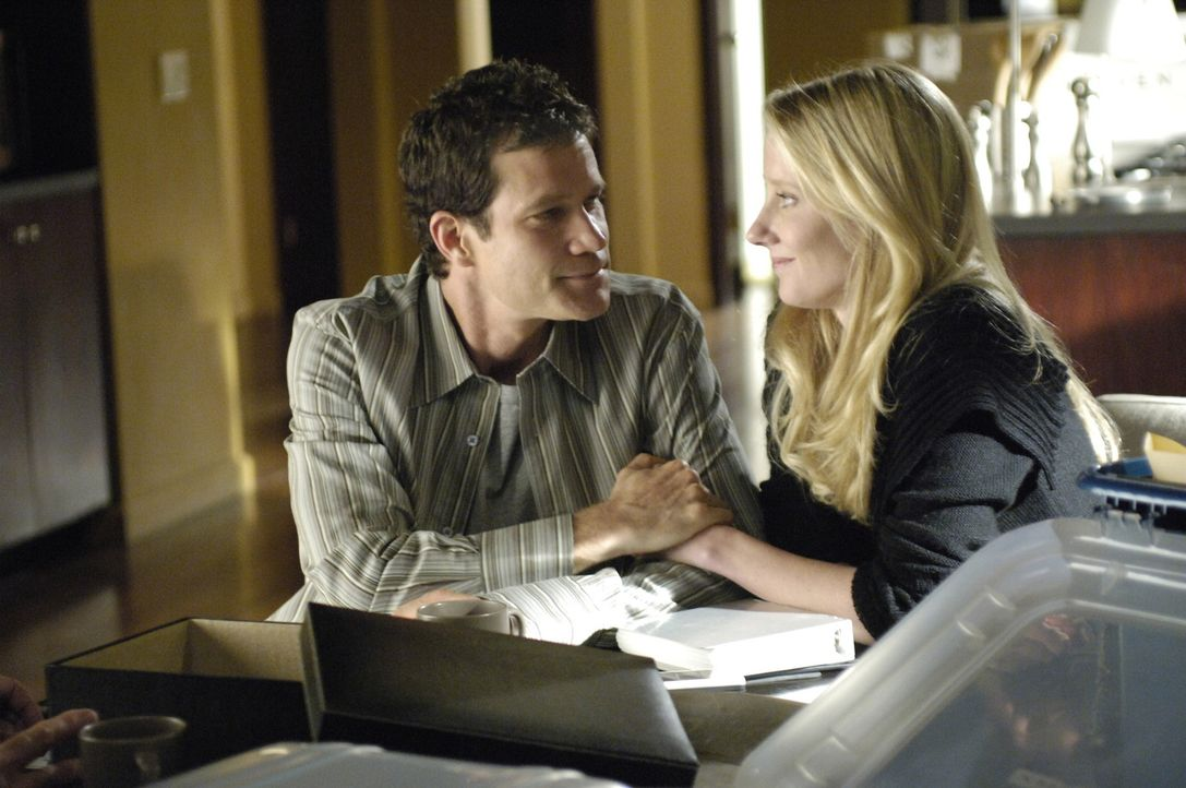 Während Sean (Dylan Walsh, l.) mit dem Gedanken spielt, alles aufzugeben und mit Nikki (Anne Heche, r.) und ihrem Sohn im Zeugenschutzprogramm ein... - Bildquelle: TM and   2005 Warner Bros. Entertainment Inc. All Rights Reserved.