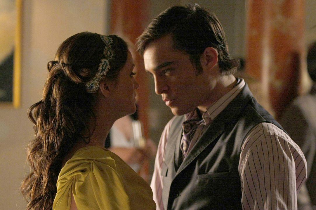 Chuck (Ed Westwick, r.) ist so sehr in Blair (Leighton Meester, l.) verliebt, dass sogar seine Männlichkeit darunter leidet ... - Bildquelle: Warner Brothers