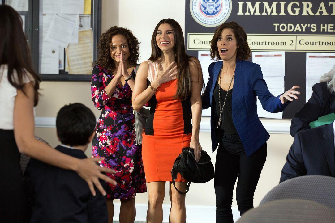 Unterstützen Rosie bei ihrem Rechtsstreit wo es nur geht: Zolia (Judy Reyes, l.), Carmen (Roselyn Sanchez, M.) und Marisol (Ana Ortiz, r.) ... - Bildquelle: 2014 ABC Studios
