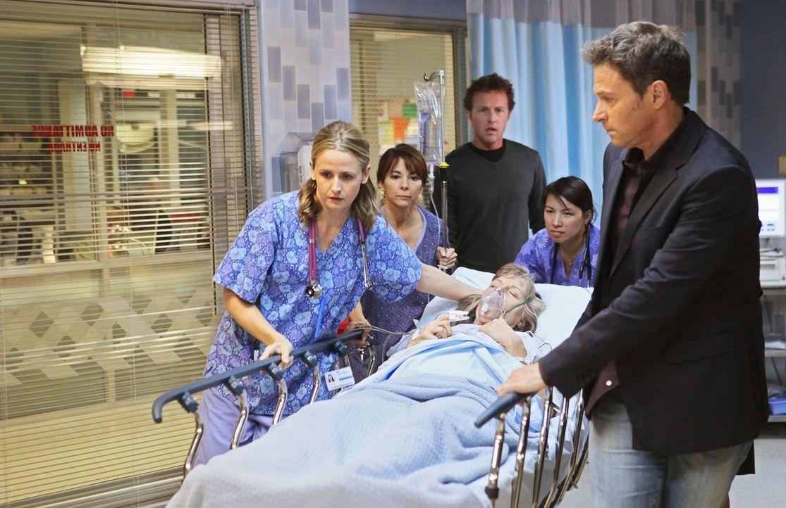 Eleanor (Mimi Kennedy, liegend), eine 60-jährige Frau, ist durch eine künstliche Befruchtung zum ersten Mal schwanger. Eine Ultraschalluntersuchung... - Bildquelle: ABC Studios