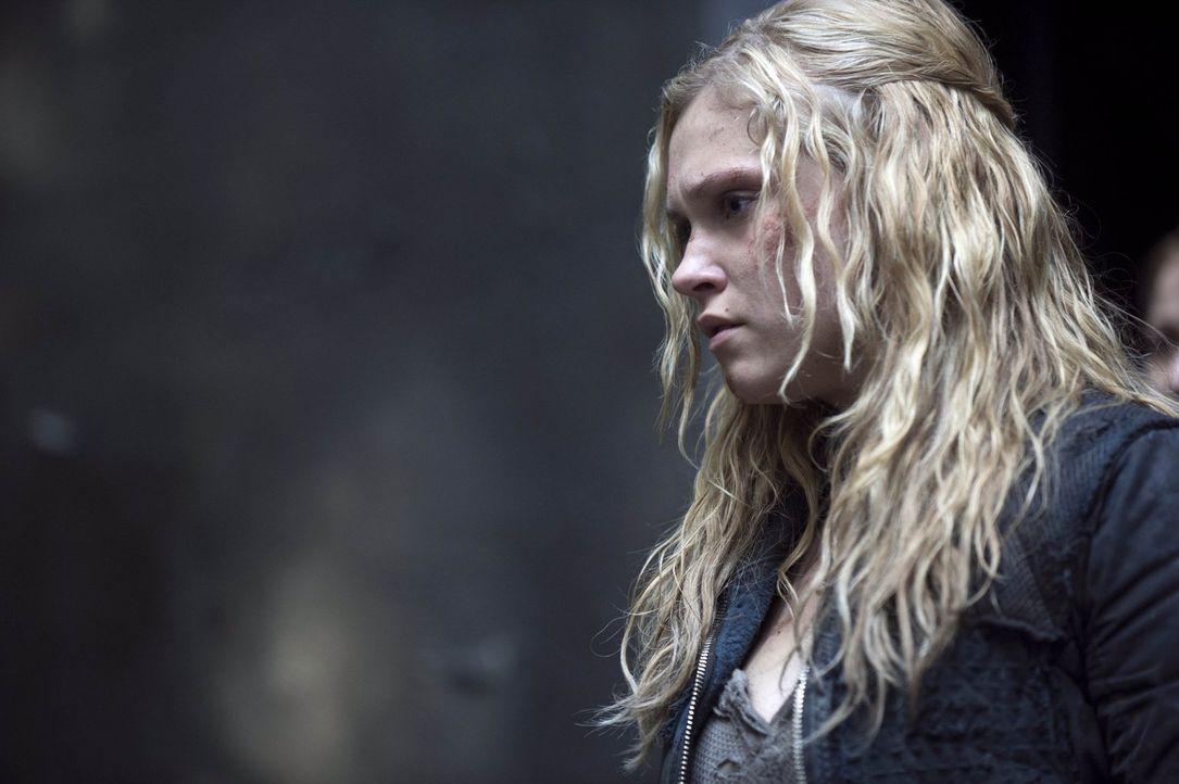 Wird Clarke (Eliza Taylor) bei diesem Krieg alles und jeden verlieren, der ihr etwas bedeutet? - Bildquelle: Warner Brothers