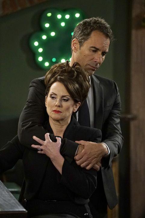 Will (Eric McCormack, hinten) setzt alles daran, Karen (Megan Mullally, vorne) nach einer Tragödie beizustehen ... - Bildquelle: Chris Haston 2017 NBCUniversal Media, LLC / Chris Haston