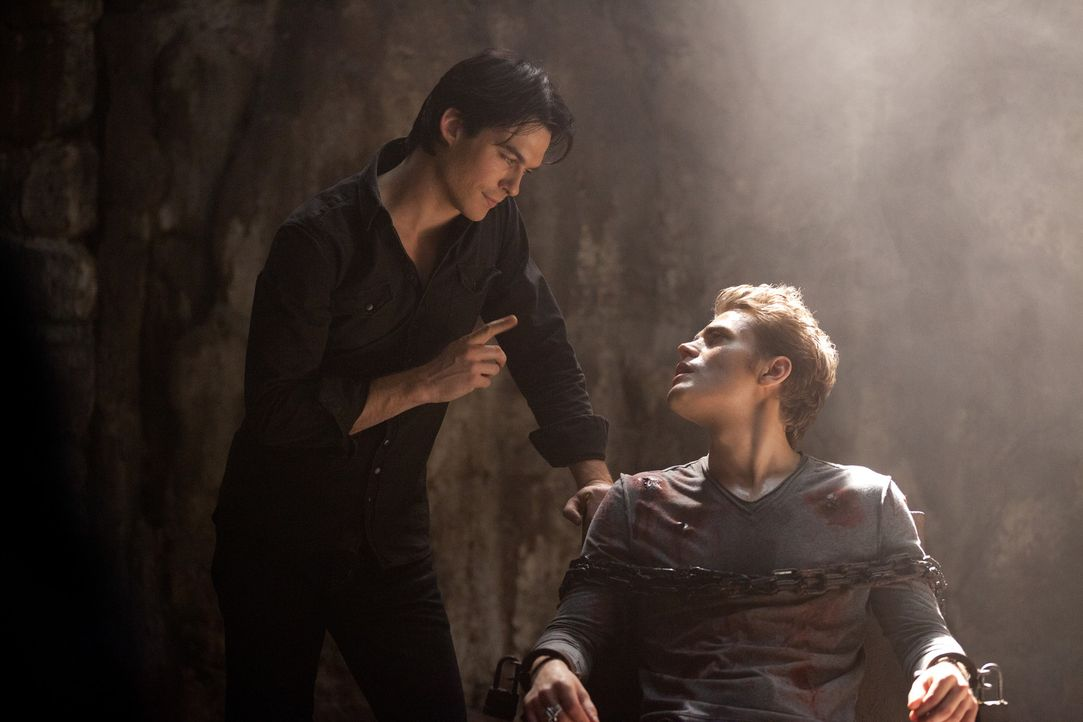 Will Stefan (Paul Wesley, r.) aus seiner Zelle befreien: Damon Salvatore (Ian Somerhalder, l.) - Bildquelle: Warner Bros. Television