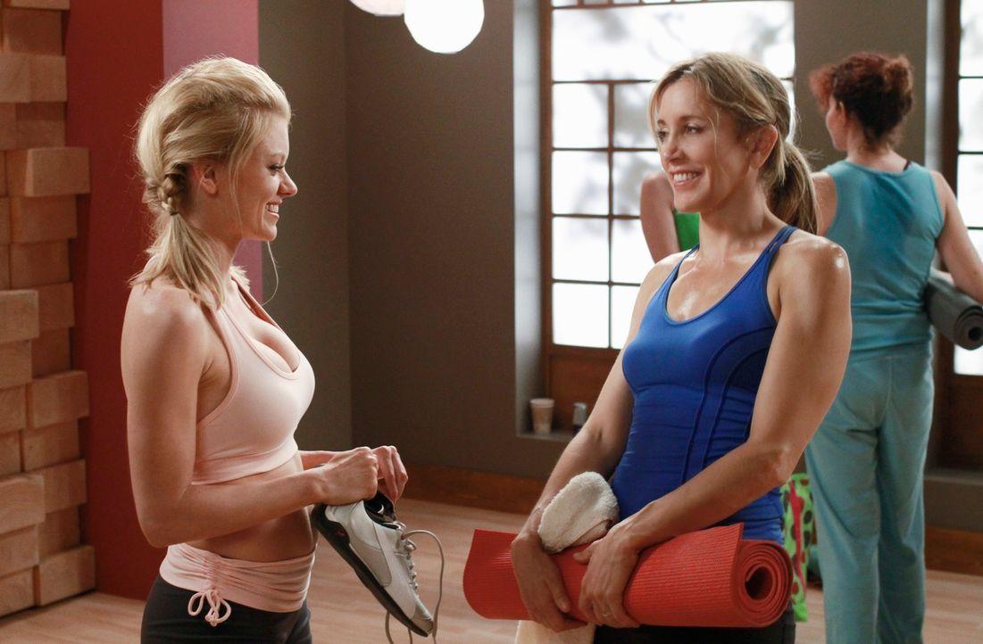 Gemeinsam mit Renee nimmt Lynette (Felicity Huffman, r.) an einem Yoga-Kurs von Chloe (Ruby Lewis, l.) teil, um herauszufinden, ob Tom wirklich eine... - Bildquelle: ABC Studios