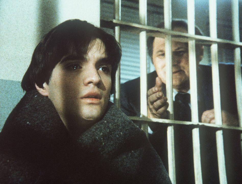 Fassungslos muss Samuels (Al Waxman, r.) einsehen, dass er keinen Draht zu seinem Sohn David (Matthew Barry) findet, der wegen Autodiebstahls verhaf... - Bildquelle: ORION PICTURES CORPORATION. ALL RIGHTS RESERVED.