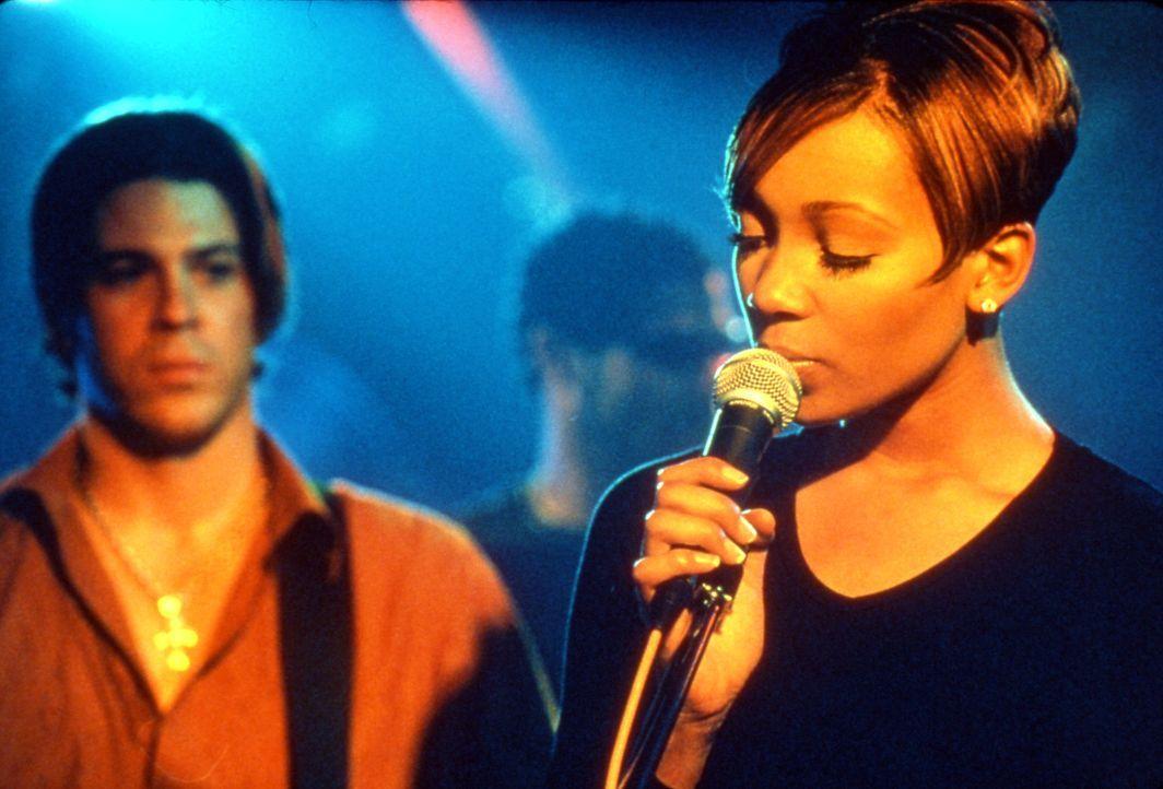 Eines Tages muss sich Camille (Monica Arnold, r.) entscheiden, ob sie ein Leben an der Seite des armen Musikers Billy (Christian Kane, l.) oder ein... - Bildquelle: TM &   2003 Paramount Pictures Corporation