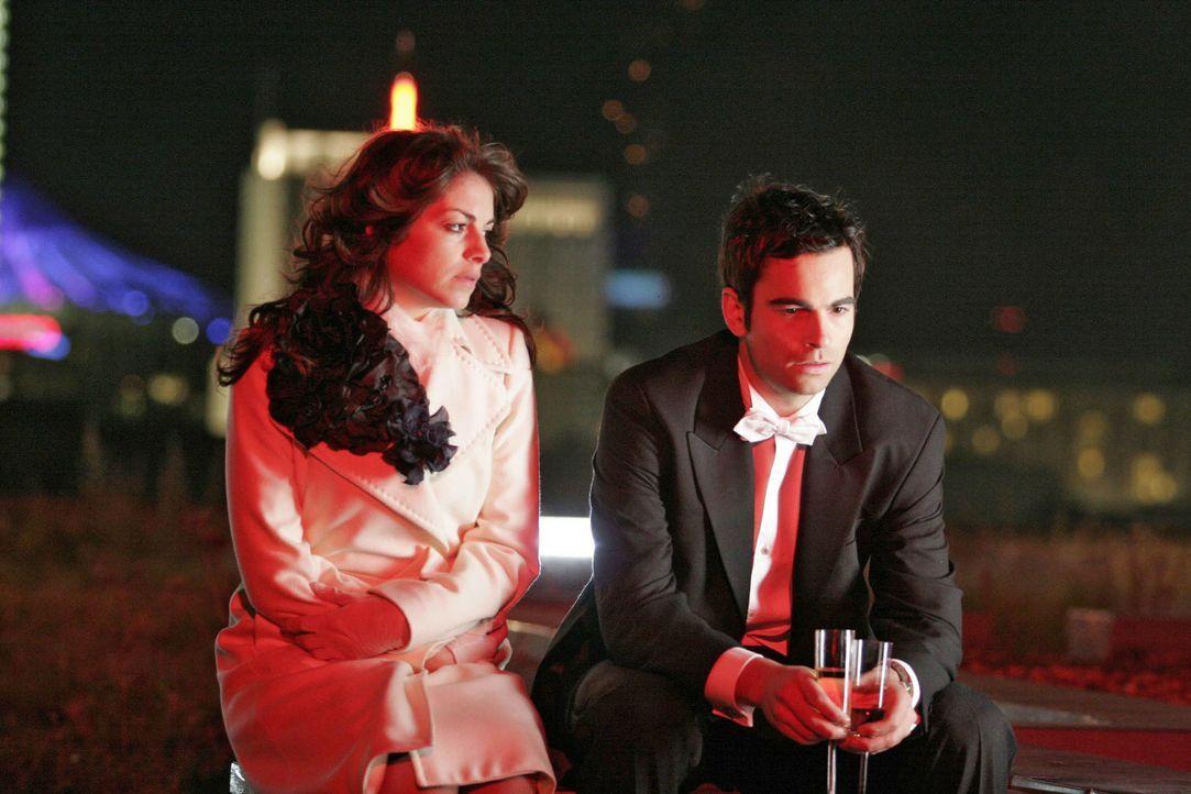 David (Mathis Künzler, r.) ist tief getroffen, als Mariella (Bianca Hein, l.) ihm ihre Affäre beichtet. - Bildquelle: Noreen Flynn SAT.1 / Noreen Flynn