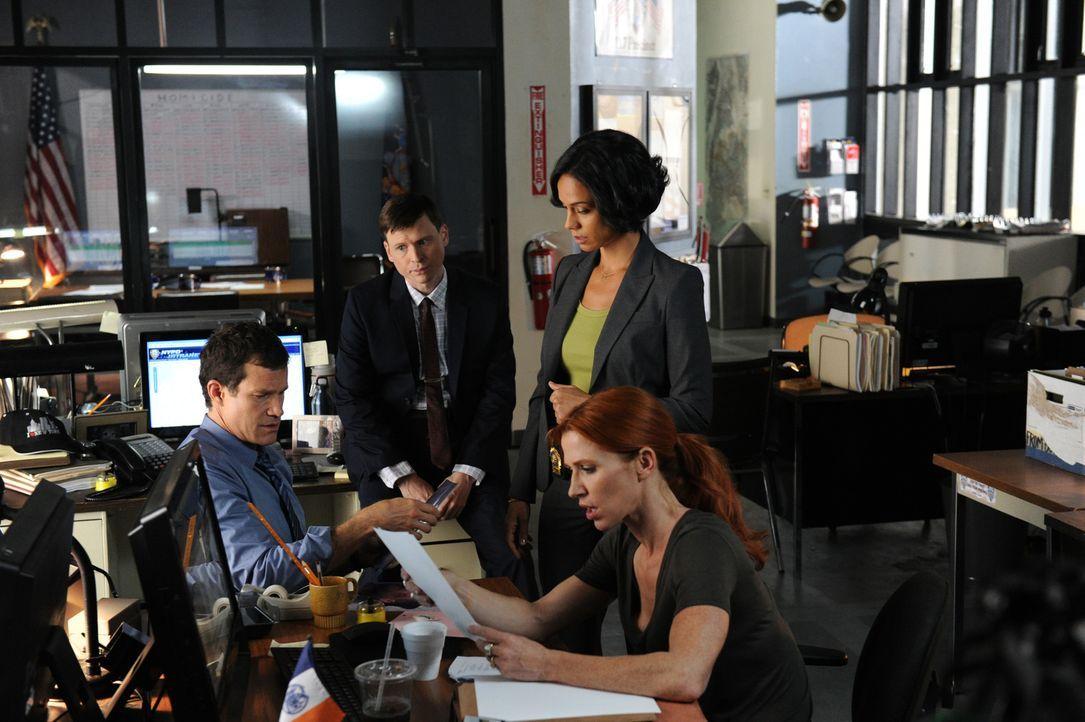 Gemeinsam wollen sie einen neuen Mordfall aufklären: Al (Dylan Walsh, l.), Roe (Kevin Rankin, 2.v.l.), Nina (Daya Vaidya, 2.v.r.) und Carrie (Poppy... - Bildquelle: 2011 CBS Broadcasting Inc. All Rights Reserved.