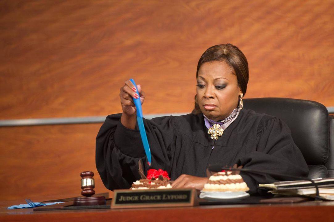 """Richterin Grace Lyford (Star Jones) soll entscheiden, wer das Patent auf den """"Puchen"""" bekommen soll ... - Bildquelle: 2012 Sony Pictures Television Inc. All Rights Reserved."""