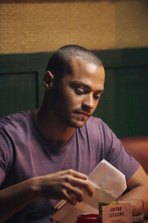 Nach einem anstrengenden Tag, lässt Jackson (Jesse Williams) mit seinen Kollegen den Tag in der Bar ausklingen ... - Bildquelle: ABC Studios