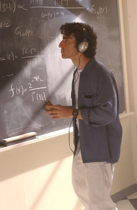 Charlie (David Krumholtz) versucht den Wohnort des Serienvergewaltiger mittels seiner mathematischen Fähigkeiten zu berechnen ... - Bildquelle: Paramount Network Television