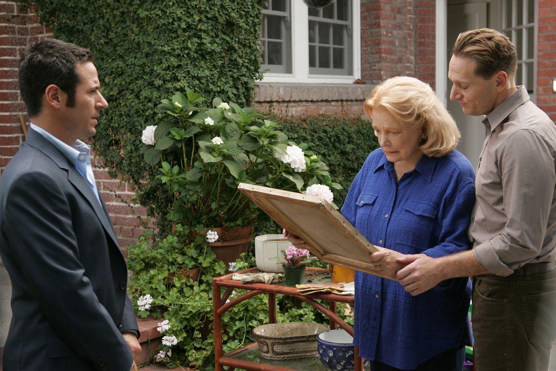 Ruiz wird von Don (Rob Morrow, l.) des  Mordes überführt und Mrs. Hellmann (Gena Rowlands, M.) und deren Enkel Joel  (Matt Ross, r.) erhalten den  o... - Bildquelle: CBS International Television