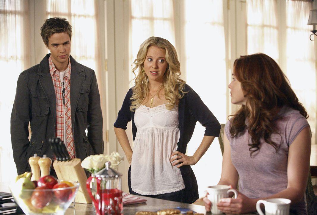 Weil Lori (April Matson, r.) auf Anordnung ihrer Mutter das Haus nicht verlassen darf, müssen ihre Freunde Amanda (Kirsten Prout, M.) und Declan (C... - Bildquelle: TOUCHSTONE TELEVISION