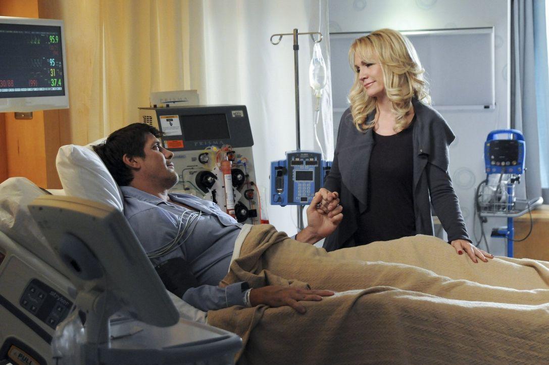 Deb (Barbara Alyn Woods, r.) ist überaus dankbar, dass Dan (Paul Johansson, l.) ihren Sohn im letzten Augenblick vor dem Tod gerettet hat. Für Dan s... - Bildquelle: Warner Bros. Pictures