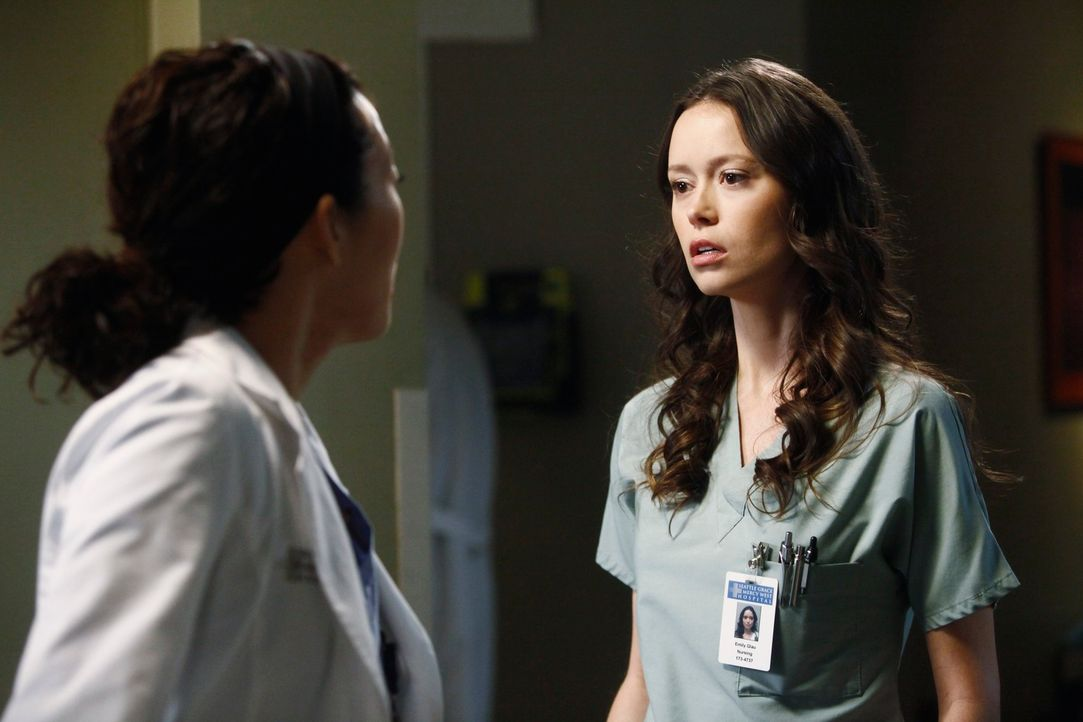 Während Derek Meredith dazu drängt, wieder mit ihm in der Neurochirurgie zu arbeiten, hegt Cristina (Sandra Oh, l.) den starken Verdacht, dass Owen... - Bildquelle: ABC Studios
