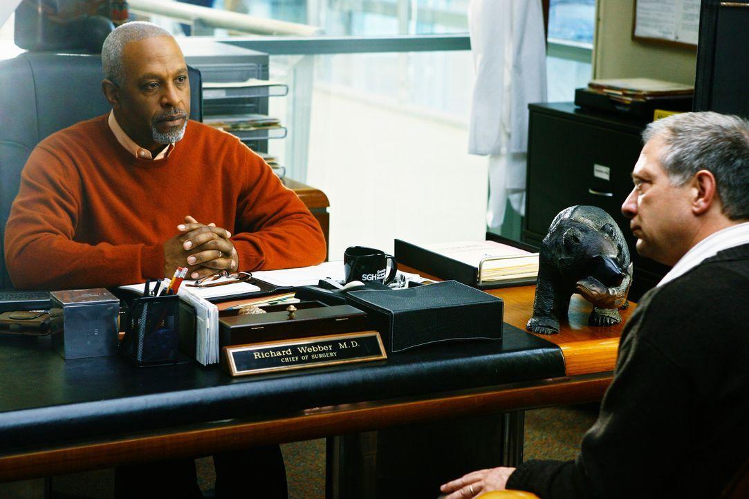 """Der seit 29 Tagen trockene Thatcher Grey (Jeff Perry, r.) erscheint im """"Seattle Grace"""" und sucht das Gespräch mit Richard (James Pickens jr., l.).... - Bildquelle: Touchstone Television"""