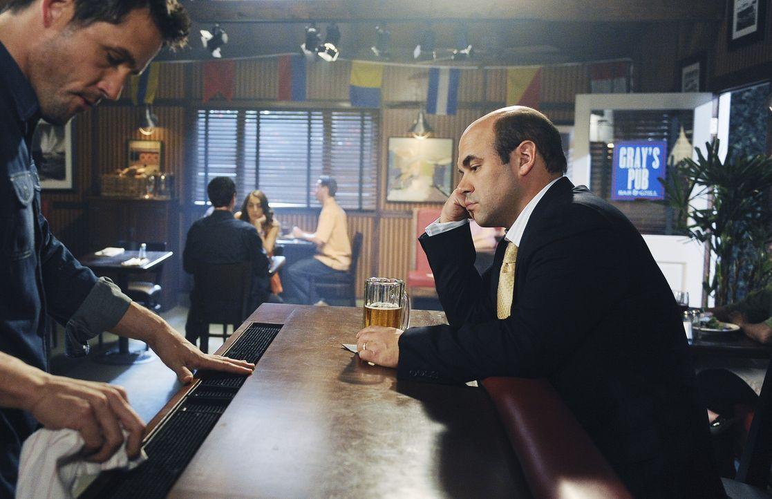 Der deprimierte Andy (Ian Gomez, r.) hat Schuldgefühle und sucht bei seinem neuen Kumpel Grayson (Josh Hopkins, l.) Rat ... - Bildquelle: 2009 ABC INC.