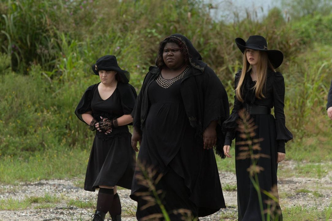 Nan (Jamie Brewer, l.), Queenie (Gabourey Sidibe, M.) und Zoe (Taissa Farmiga, r.) können nicht glauben, dass tatsächlich eine Hexe bei lebendigem L... - Bildquelle: 2013-2014 Fox and its related entities. All rights reserved.