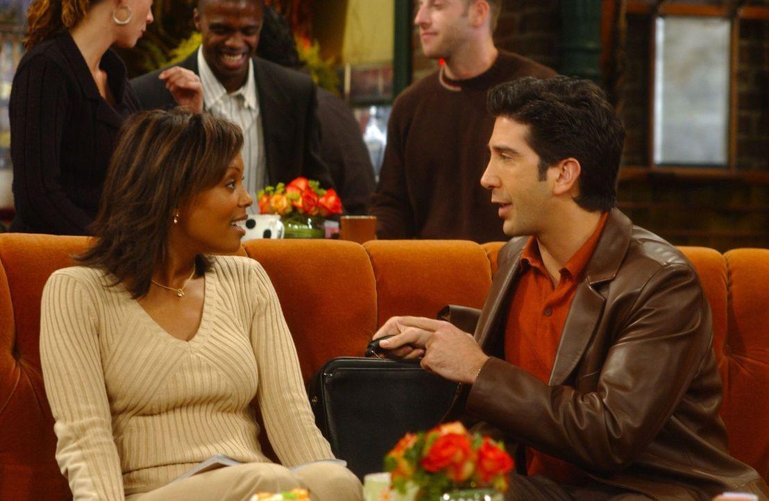 Ross (David Schwimmer, r.) kann nicht glauben, dass er von Charlies (Aisha Tyler, l.) Ex-Freund erpresst wird ... - Bildquelle: 2003 Warner Brothers International Television
