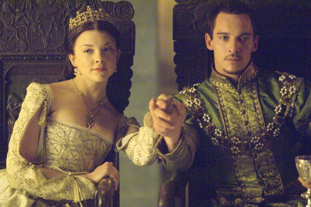 Anne (Natalie Dormer, l.) gibt sich Henry (Jonathan Rhys Meyers, r.) endlich hin und verspricht, ihm einen Sohn zu schenken ... - Bildquelle: 2008 TM Productions Limited and PA Tudors II Inc. All Rights Reserved.