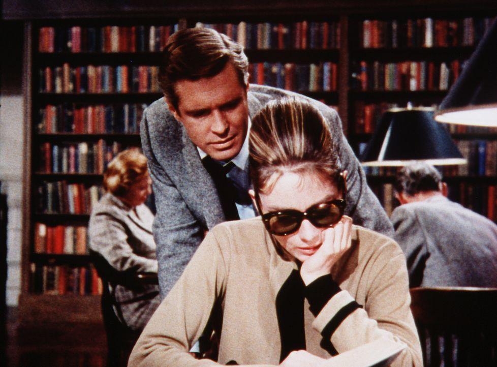 Begeistert liest Holly (Audrey Hepburn, r.) ein erfolgloses Buch des Schriftstellers Paul Varjak (George Peppard, l.) ... - Bildquelle: Paramount Pictures