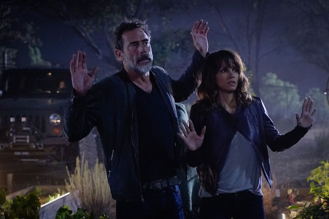 JD (Jeffrey Dean Morgan, l.) und Molly (Halle Berry, r.) treten mit einem verschollen geglaubten Freund von John in Kontakt, während Charlie Lucys Z... - Bildquelle: Robert Voets 2015 CBS Broadcasting Inc. All Rights Reserved.