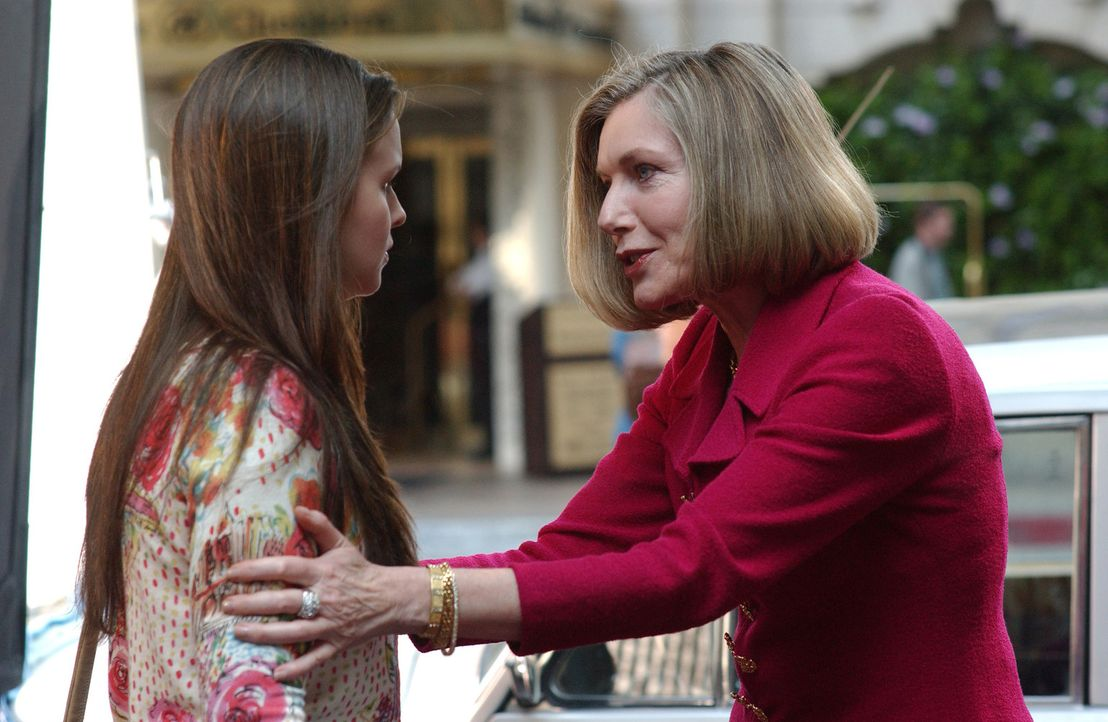 In Gestalt einer reichen Frau (Susan Sullivan, r.) tritt Gott an Joan (Amber Tamblyn, l.) heran und erteilt ihr einen neuen Auftrag ... - Bildquelle: Sony Pictures Television