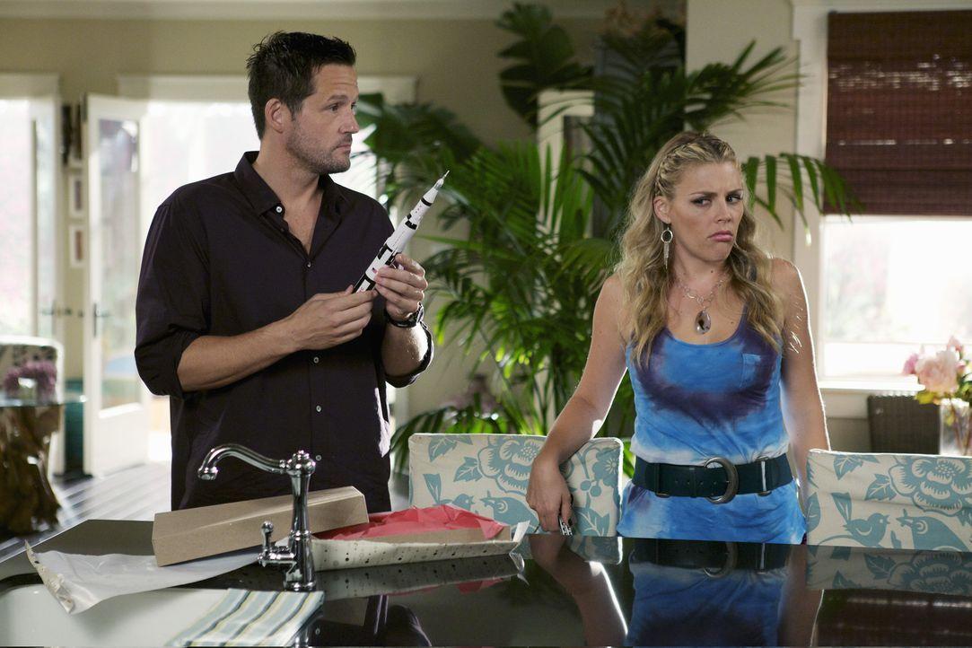 Wollen das schönste Geschenk für Jules besorgen und dabei kommen sich Laurie (Busy Philipps, r.) und Grayson (Josh Hopkins, l.) allerdings etwas i... - Bildquelle: 2010 ABC INC.