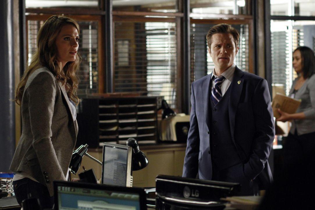 Kate Beckett (Stana Katic, l.) scheint völlig unbeeindruckt zu sein, als Kevin Ryan (Seamus Dever, r.) ihr mitteilt, dass Castle mit einem anderen C... - Bildquelle: 2012 American Broadcasting Companies, Inc. All rights reserved.
