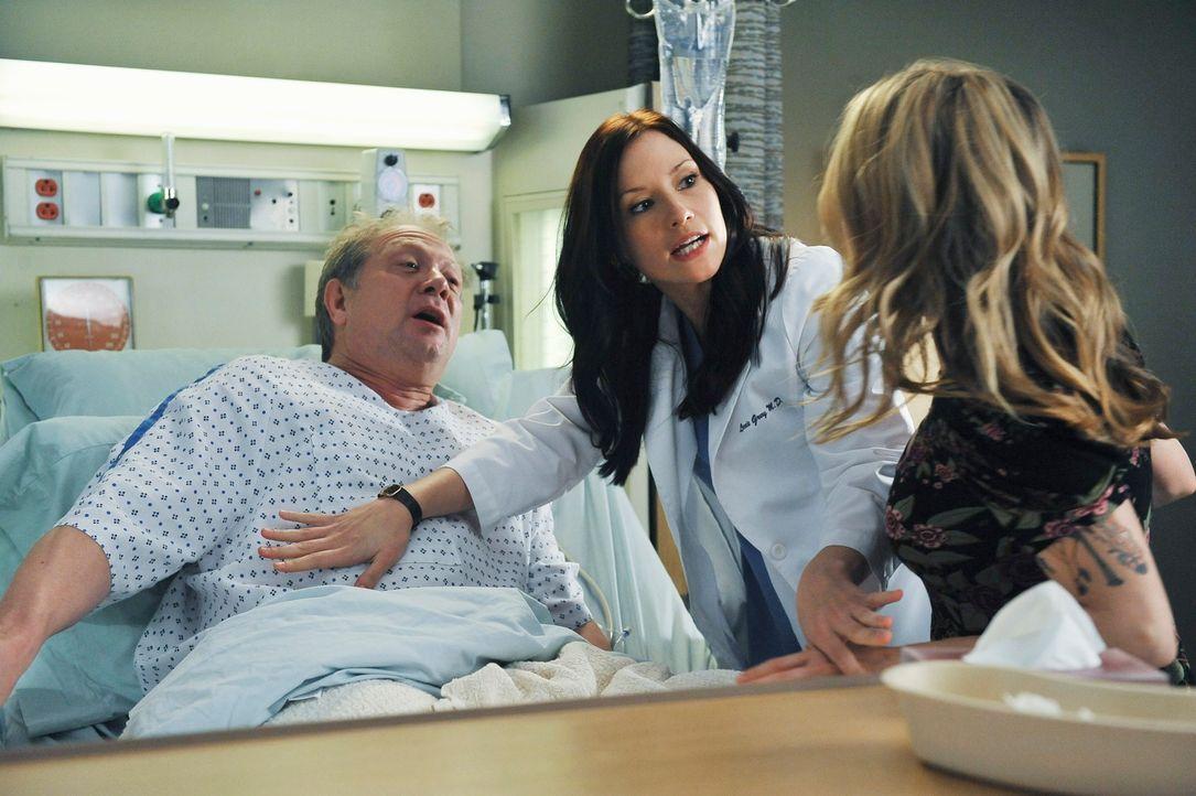 Schock für Meredith und Lexie (Chyler Leigh, M.): ihr Vater (Jeff Perry, l.) wird eingeliefert, weil er Merediths Leber offensichtlich nicht gut ver... - Bildquelle: ABC Studios