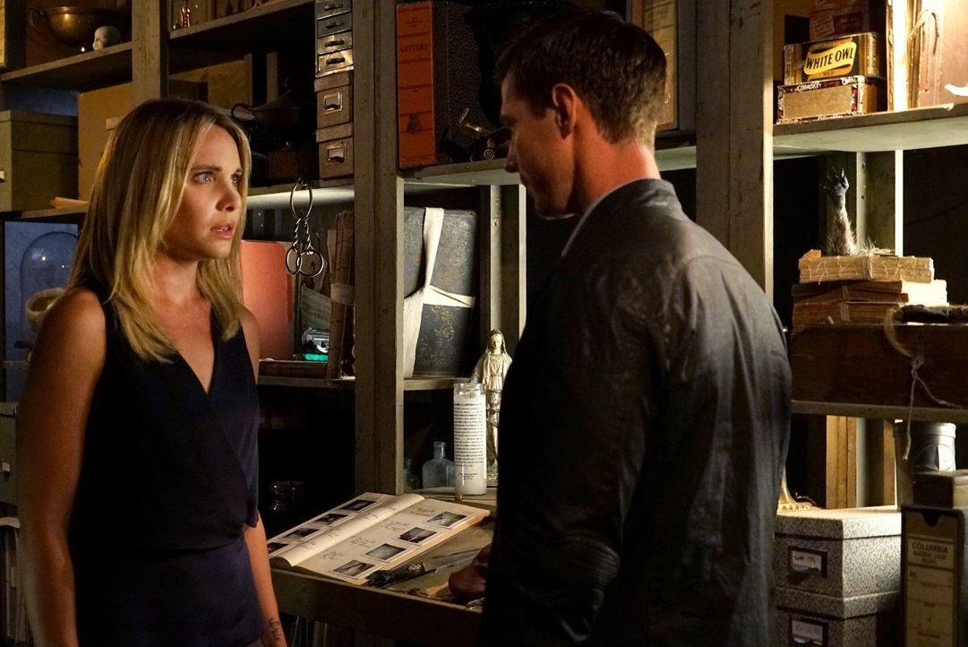 Als ausgerechnet Cami (Leah Pipes, l.) das nächste Opfer des Serienkillers findet, lenkt Will (Jason Dohring, r.) seine Aufmerksamkeit noch mehr auf... - Bildquelle: Warner Bros. Entertainment Inc.