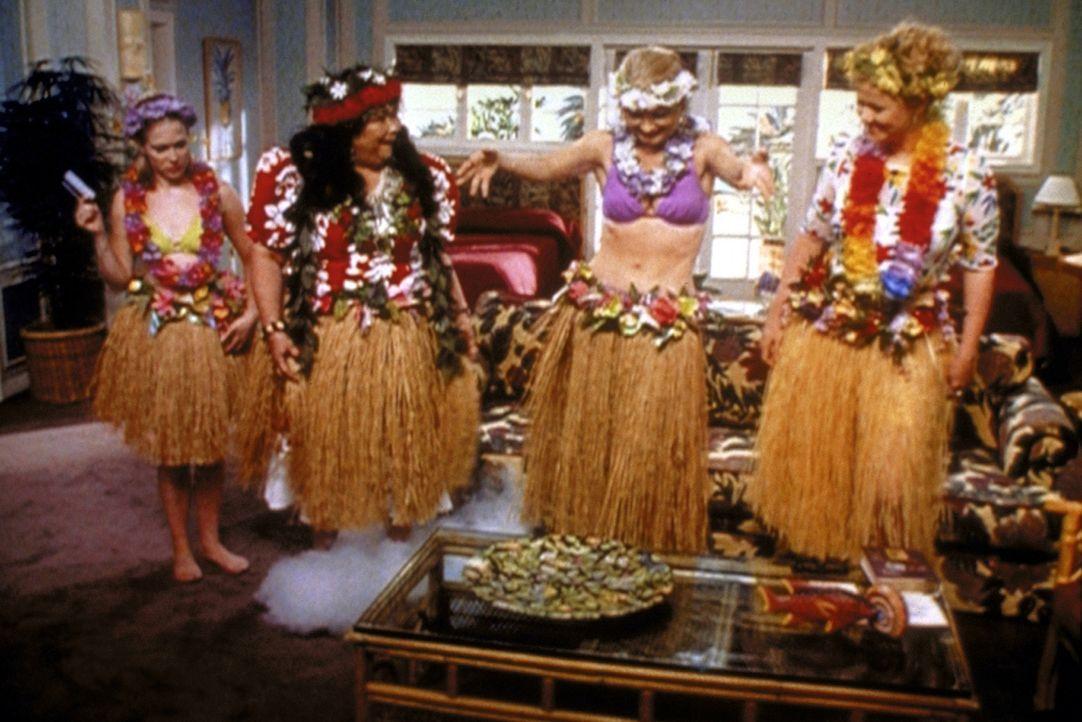 Sabrina (Melissa Joan Hart, l.) hat auf Hawaii das Familiengeheimnis gelöst und bekommt von Pele (Kellye Nakahara, 2.v.l.), der Göttin des Feuers,... - Bildquelle: Paramount Pictures