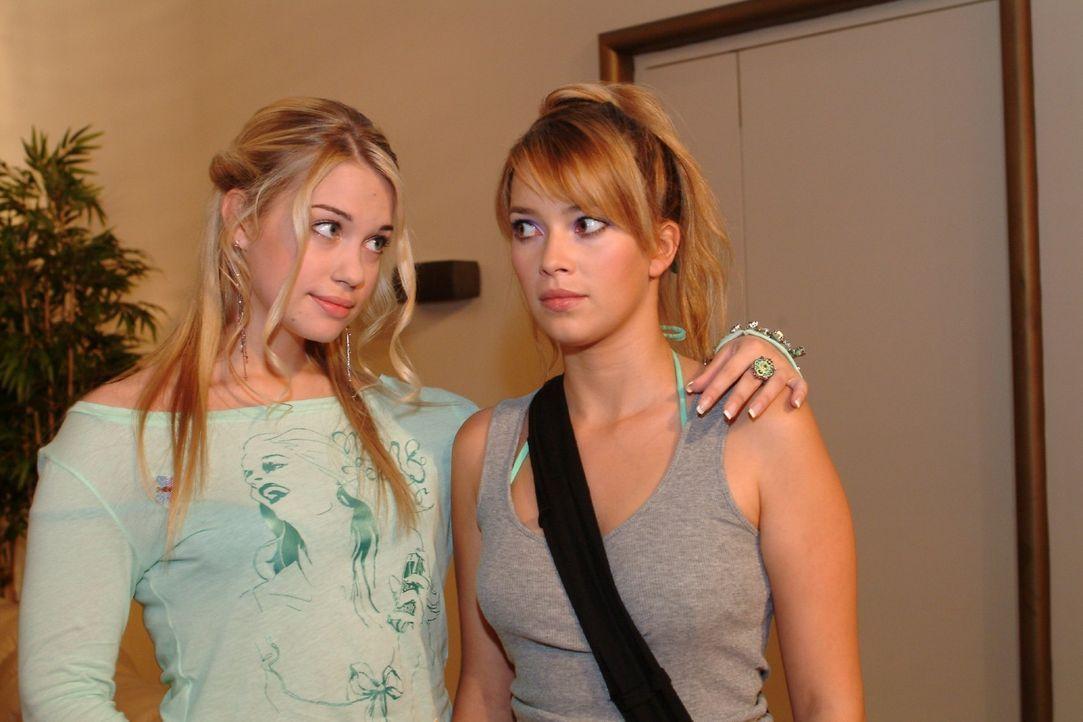 Kim (Lara-Isabelle Rentinck, l.) fragt Hannah (Laura Osswald, r.), ob sie nicht Lust habe, mit ihr und Timo etwas zu unternehmen. - Bildquelle: Sat.1
