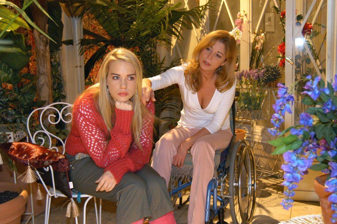 Kim (Lara-Isabelle Rentinck, l.) ist frustriert und Laura (Olivia Pascal, r.) kann ihr nicht helfen. - Bildquelle: Monika Schürle SAT.1 / Monika Schürle