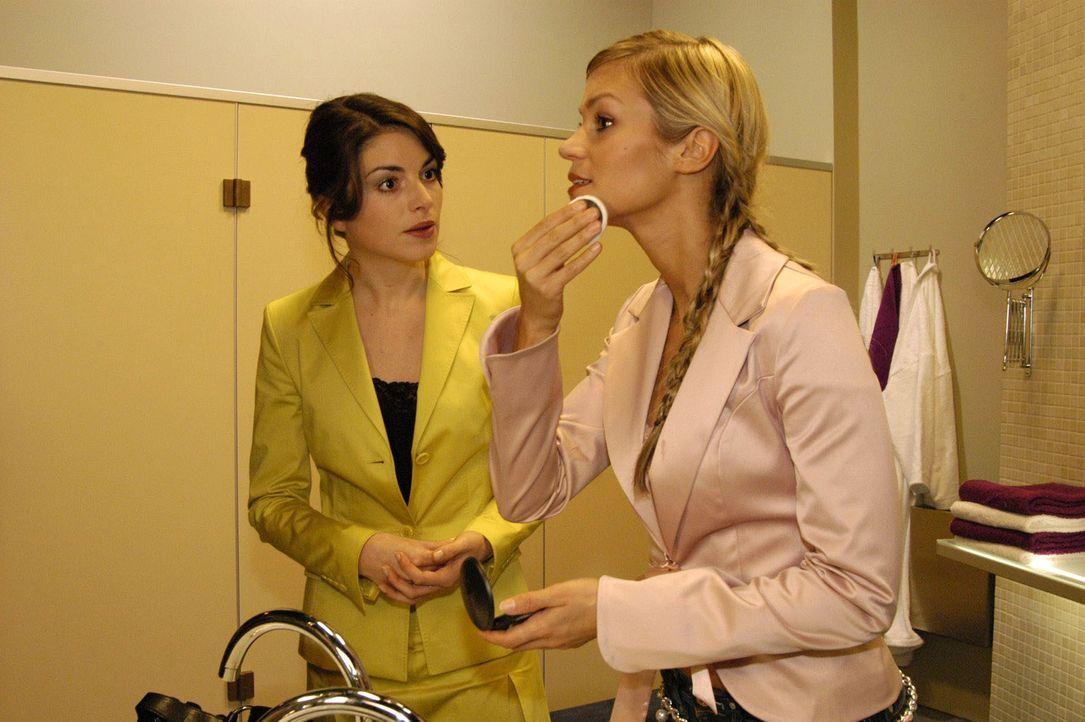Sabrina (Nina-Friederike Gnädig, r.) macht sich bei Mariella (Bianca Hein, l.) Luft: Sie kann es nicht fassen, dass David Lisa zu seiner Assistentin... - Bildquelle: Noreen Flynn SAT.1 / Noreen Flynn