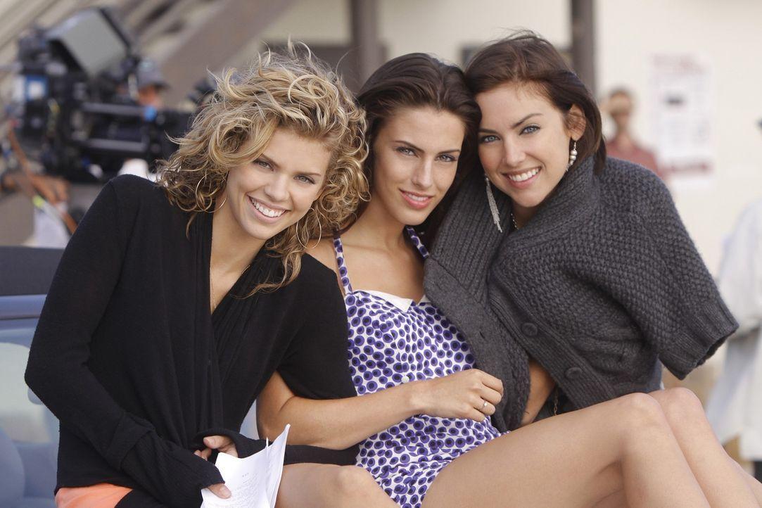 Naomi (AnnaLynne McCord, l.), Adriana (Jessica Lowndes, M.) und Silver (Jessica Stroup, r.) sind beste Freundinnen - doch wie lange noch? - Bildquelle: TM &   CBS Studios Inc. All Rights Reserved
