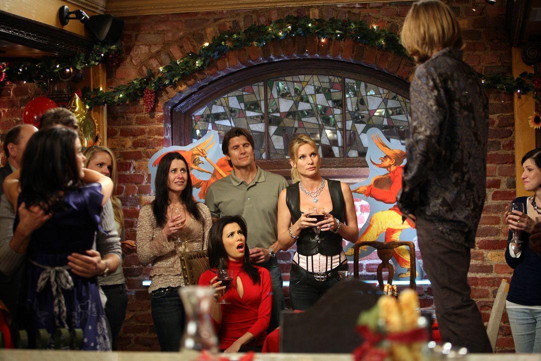 Zach (Cody Kasch, r.) nutzt die Gunst der Stunde und macht Gabrielle (Eva Longoria, vorne M.) einen Heiratsantrag – nicht nur sie ist empört … - Bildquelle: 2005 Touchstone Television  All Rights Reserved