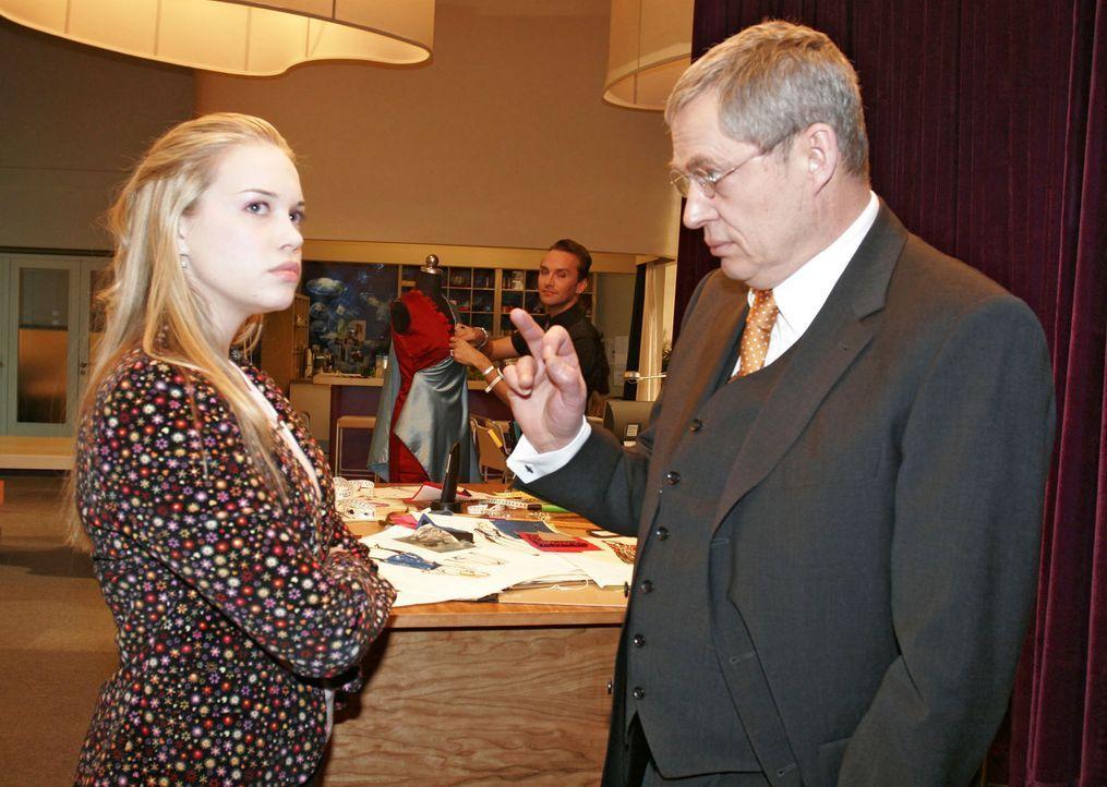 Friedrich Seidel (Wilhelm Manske, r.) muss seine Tochter Kim (Lara-Isabelle Rentinck, l.) strengstens ermahnen, die Aufgaben, die ihr aufgetragen we... - Bildquelle: Sat.1