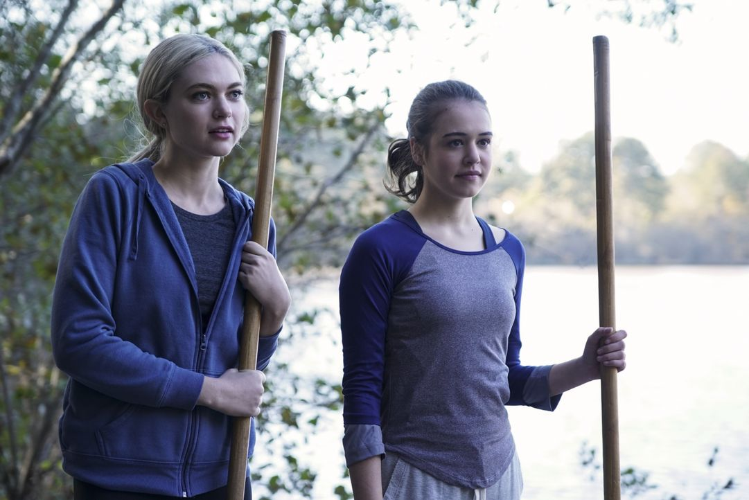 Lizzie Saltzman (Jenny Boyd, l.); Josie Saltzman (Kaylee Bryant, r.) - Bildquelle: Annette Brown 2019 The CW Network, LLC. All rights reserved. / Annette Brown