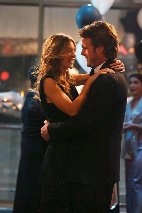 Schwingen das Tanzbein: Finn (Chris O'Donnell, r.) und Meredith (Ellen Pompeo, l.) ... - Bildquelle: Touchstone Television