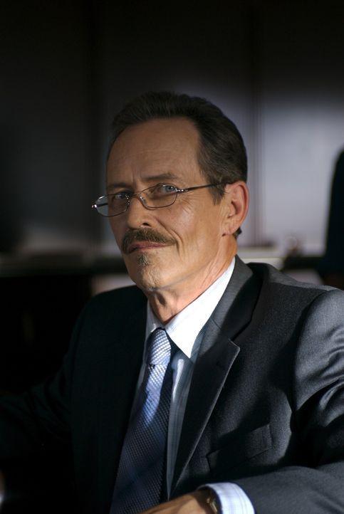Edgar Powell (Stephen McHattie) versucht, durch eine nicht ganz legale Methode, den Auftrag zum Bau einer Schutzmauer entlang der Ostküste der Vere... - Bildquelle: 2006 RHI Entertainment Distribution, LLC